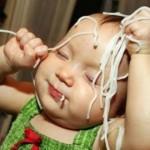 Al bebé le gustan los spaguettis