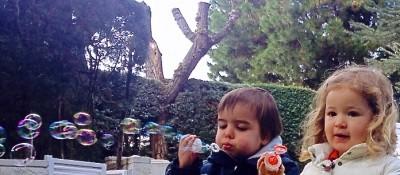 Haciendo pompas de jabon en Pecas